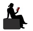 Silhouette einer Lesenden in einem Sessel